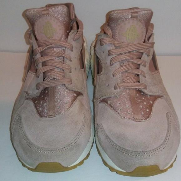 Women s Nike Huarache Pink Suede 9.5. M 5b82fa862e14788a1de3a164 17ad58febc30